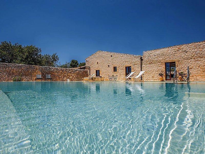 Casa Salina, Villa con piscina nelle campagne di Scicli.Vicino spiaggia Sampieri, holiday rental in Sampieri
