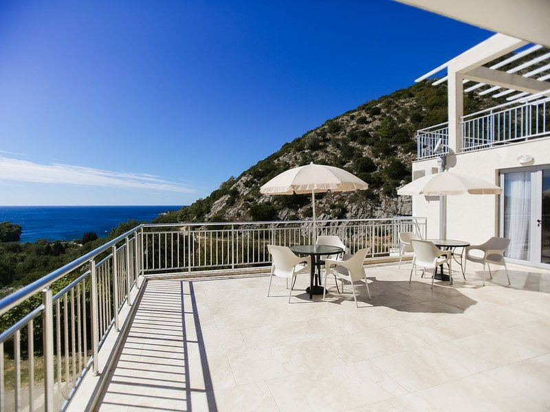 Quiet spacious apartment with Lucice view, aluguéis de temporada em Petrovac