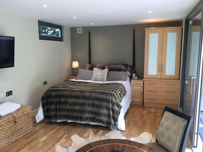 Interior Designed Garden Annexe, holiday rental in Colney Hatch