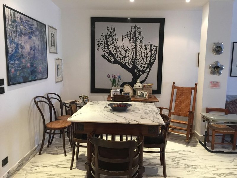 aqui é a área de jantar com uma mesa de mármore de carrara arabesco