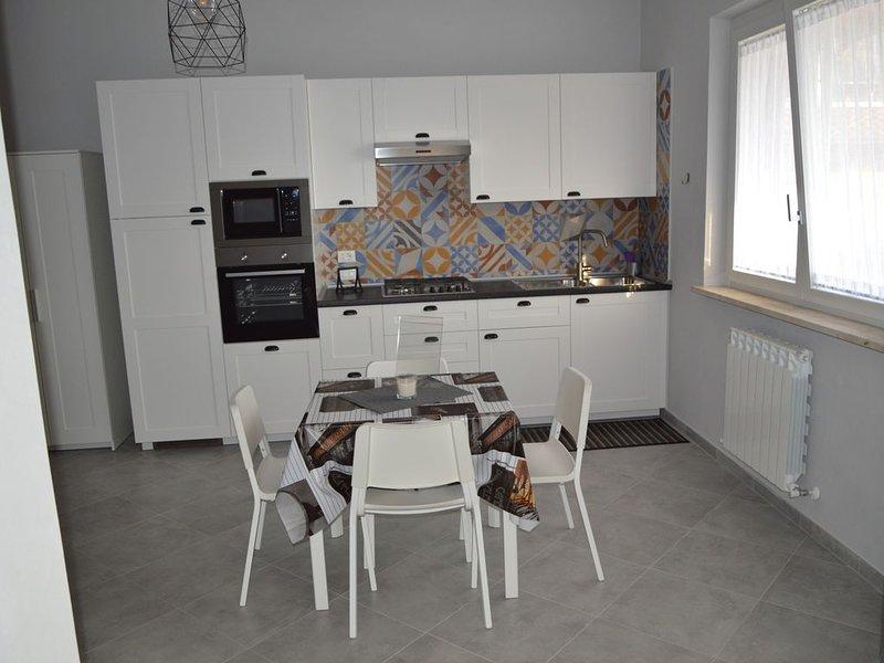 Monolocale nuovissimo di 40m/q, dotato di tutti i confort, parcheggio esclusivo., location de vacances à Vezzano Ligure