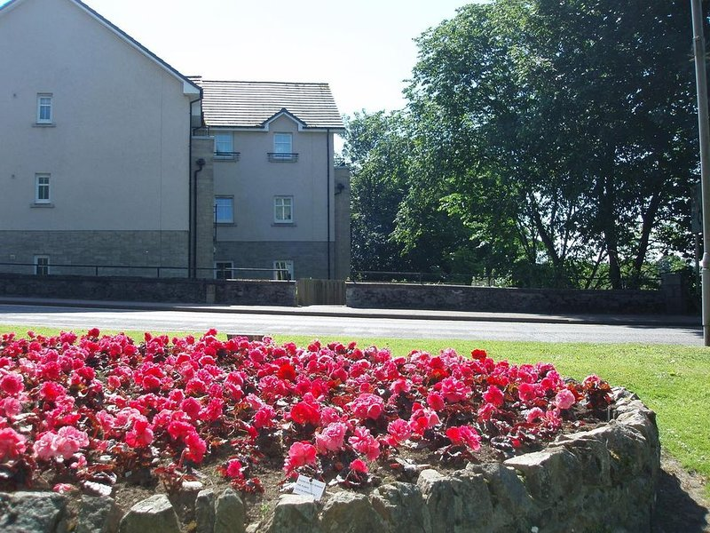 Modern 2 bed, 2 bath apartment by river ythan in Ellon centre, holiday rental in Cruden Bay (Port Erroll)
