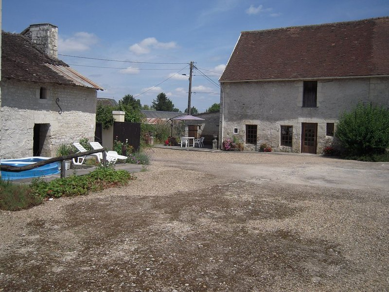 Sympatheticly restored 18th century home within a 16th century farm courtyard., location de vacances à Ingrandes