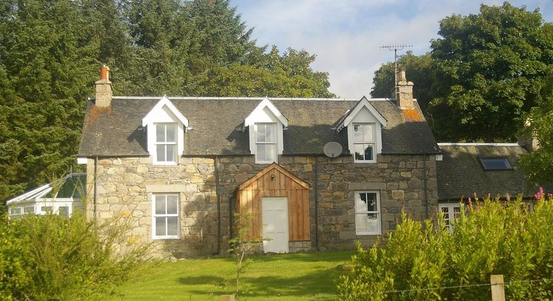 Fantastic spacious farmhouse with stunning views of Cairngorms, vacation rental in Grantown-on-Spey