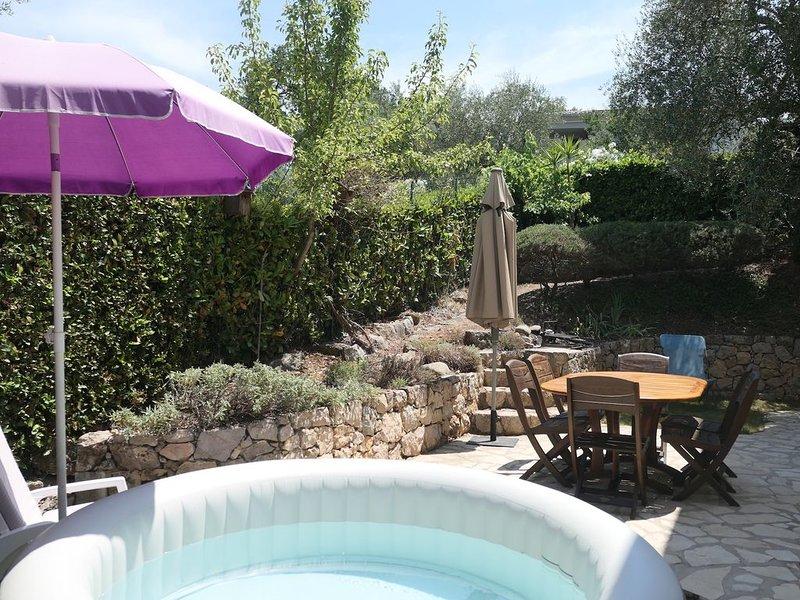 Agréable villa, au calme dans un domaine fermé avec jardin et spa, aluguéis de temporada em Valbonne