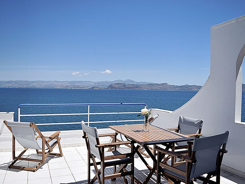 Holiday beach Studio,  Unique sea view balcony, near Nafplio, Mycenae, Epidaurus, location de vacances à Kiveri