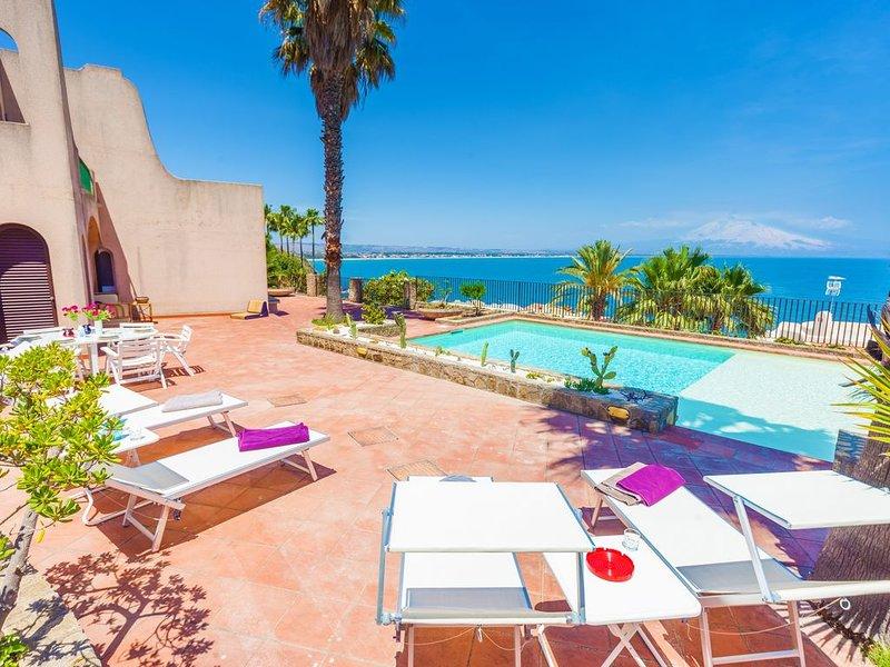 Pool, sea-view, 4 with en-suite, prestigious, by the sea, holiday rental in Villasmundo