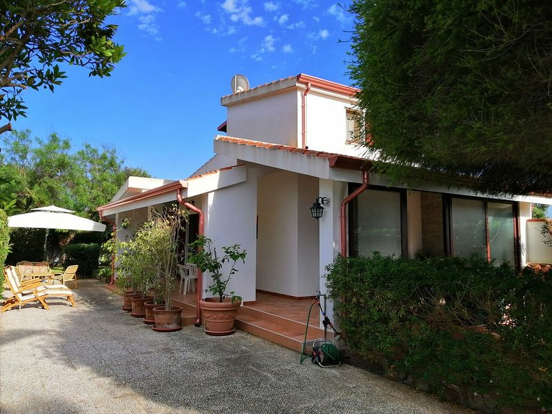 Calasetta - Villetta con giardino a pochi passi dal mare - IUN P5456, casa vacanza a Calasetta