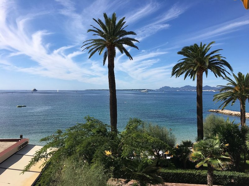 Fantastic 2 Bedroom Apartment with Beautiful direct seaview., location de vacances à Antibes