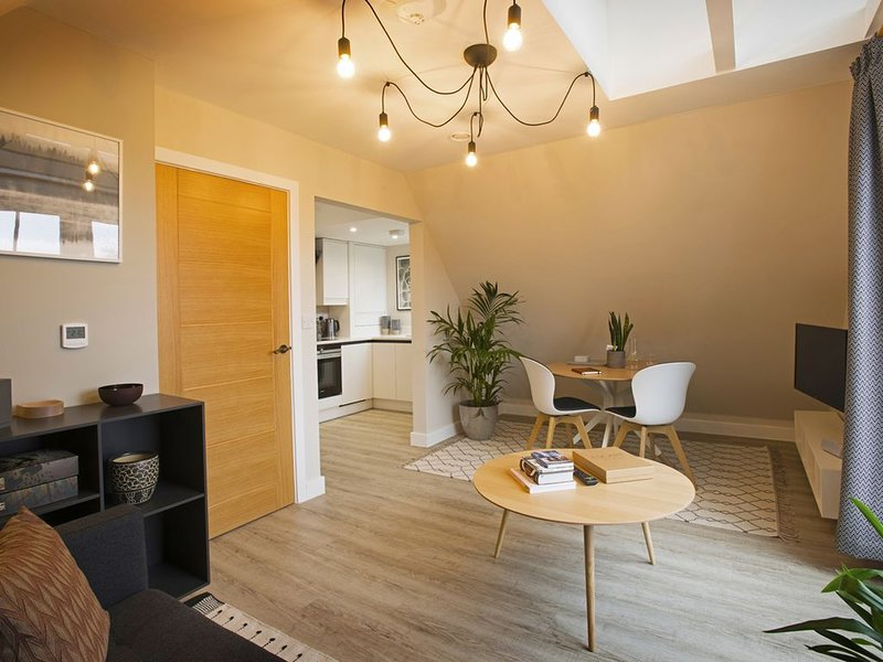 The Loft a fabulous 1 bed apartment, a stroll from the city centre with parking., holiday rental in Thanington