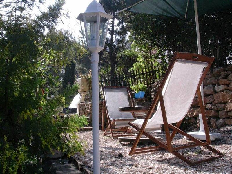 Coquet Type 2 dans villa indépendant - jardin privé arboré de 400 M2, aluguéis de temporada em Bandol