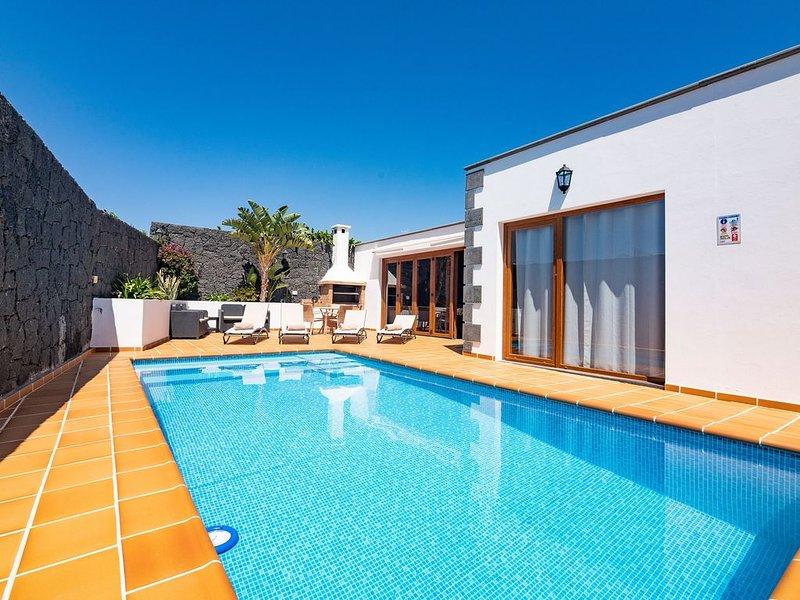 Villa espaciosa con piscina privada, ideal para familias y grupos de adultos, vacation rental in Tias