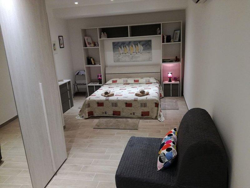 CASA GIULIANA Trieste centro, moderno, zona servitissima, 60 mq 1-5 posti  letto, vacation rental in San Giuseppe della Chiusa