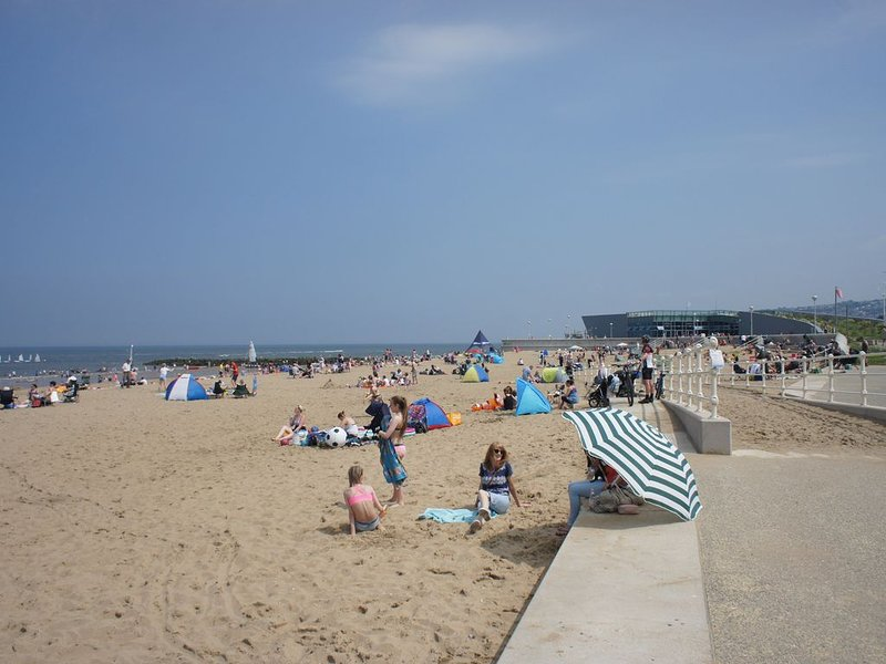 Sunny holiday home near to the sandy beach of colwyn bay, vacation rental in Colwyn Bay