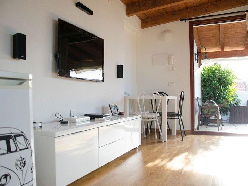 Monolocale attico con terrazza a livello, wi fi, aria c., parcheggio privato., location de vacances à Pirri
