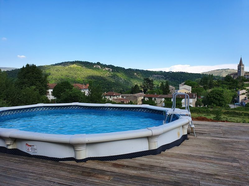 Maison avec piscine,jardin, terrasse avec vue panoramique Ardèche, holiday rental in Darbres