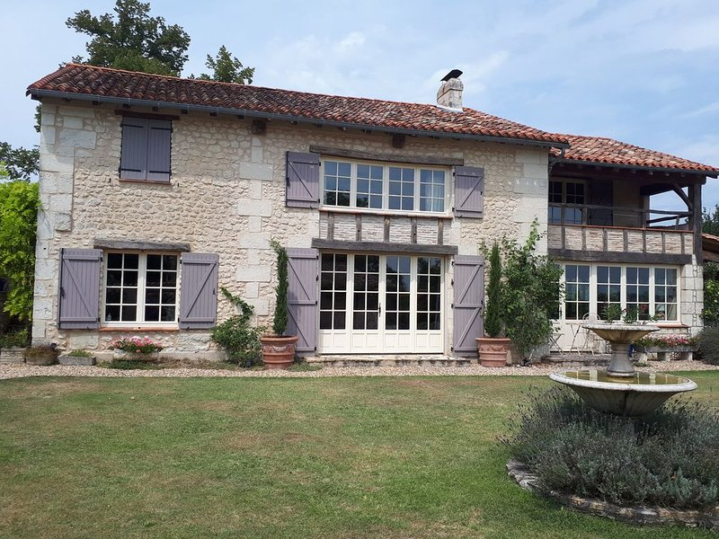 Country house with a pool near Aubeterre-sur-Dronne, holiday rental in Bonnes