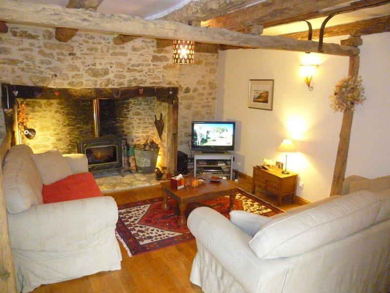 Nr Sarlat impeccably clean farmhouse with large heated pool and stunning views, holiday rental in Saint-Vincent-le-Paluel