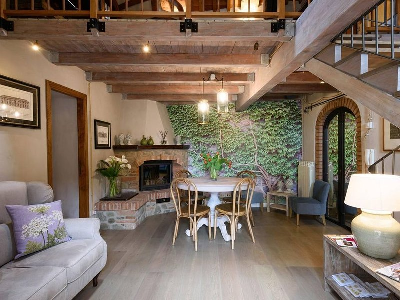 Medieval Delight! Balcony, Rustic Beams & Brick Fireplace w/Modern Amenities, holiday rental in Castiglion Fiorentino
