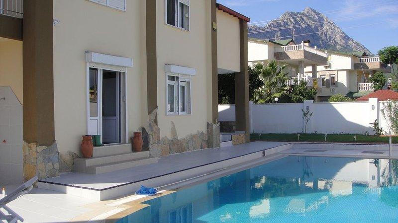 Grande  villa privatieve avec  piscine / FREE WIFI, vacation rental in Goynuk