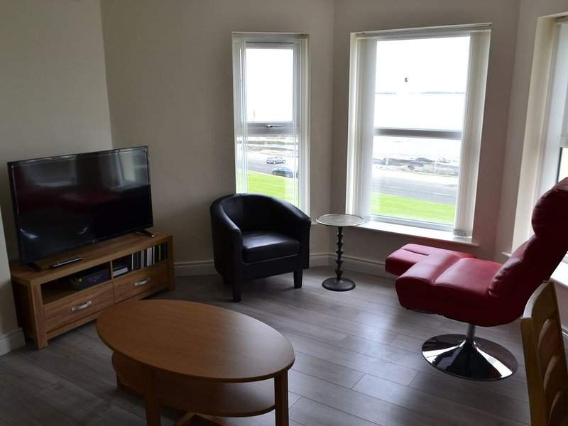 Stunning two bed holiday Apartment with panoramic sea views in, location de vacances à Portrush