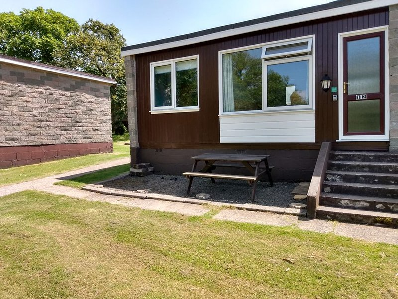 2 Bedroom Family & Pet Friendly Chalet, Penstowe, Kilkhampton, vacation rental in Morwenstow