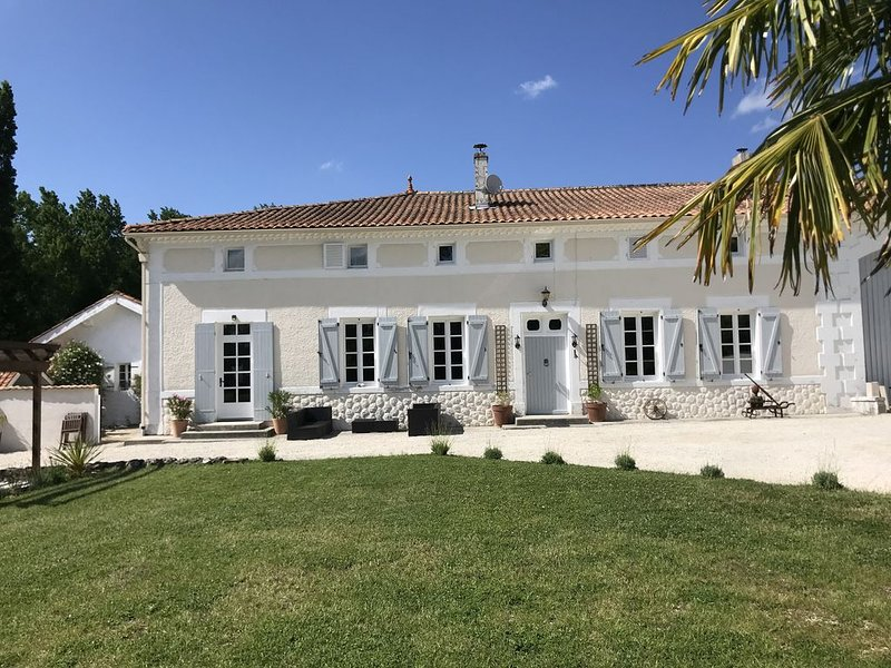 Le Petit Sorin - Charentaise Farmhouse with Private Pool and Large Gardens, holiday rental in Reaux