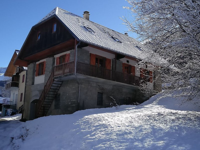 Chalet Savoiage, Ski In - Ski Out, 13pers, familiaal karakter, casa vacanza a Saint-Etienne-de-Cuines