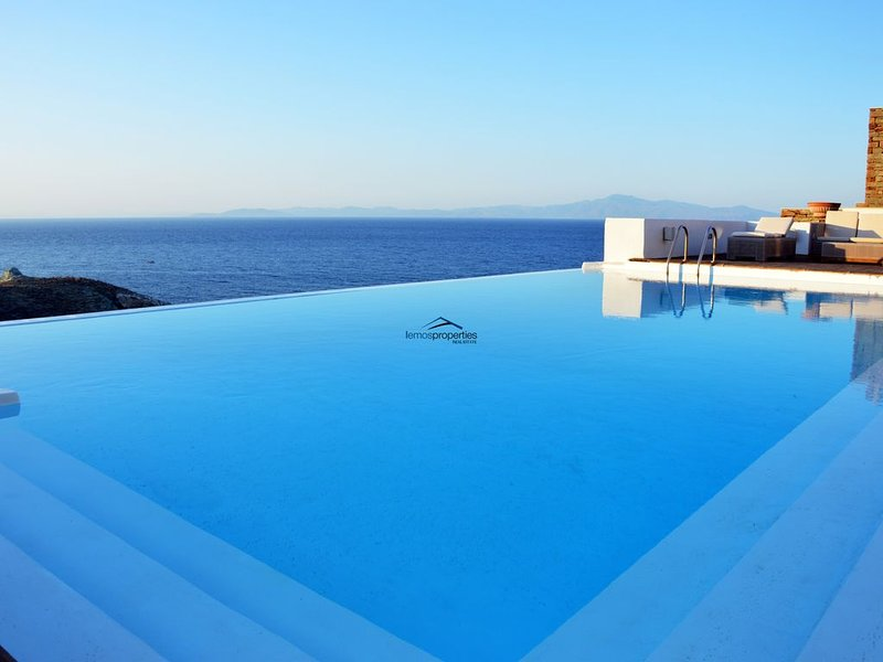 Stone villa, near the sea  with a large swimming pool and a sea view., alquiler vacacional en Ceos