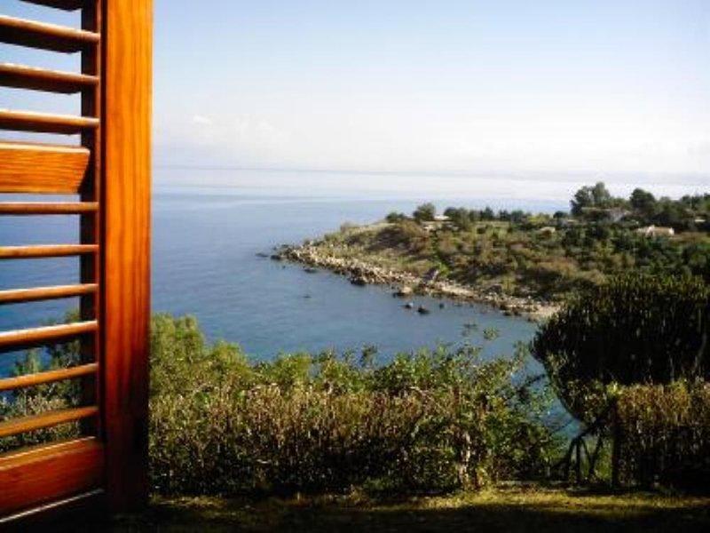 Villa con ogni comfort .Accesso privato al mare blu della Sicilia, in contesto, vacation rental in Castellammare del Golfo