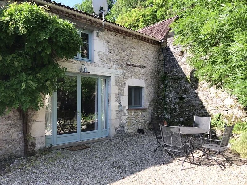 La Grange - charming, converted barn in a beautiful village on the River Lot, holiday rental in Albas