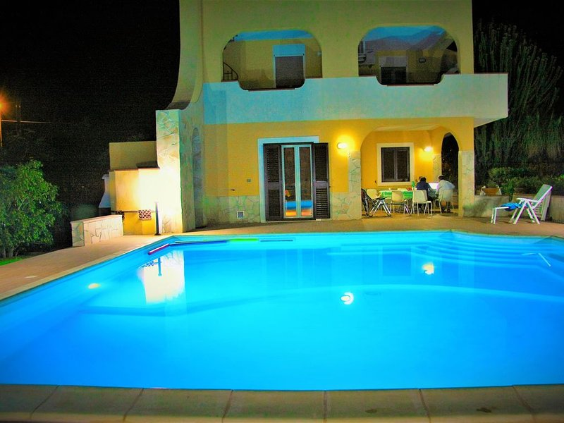 Favolosa Villa con piscina illuminata + Wifi + Biciclette, vacation rental in Cassibile