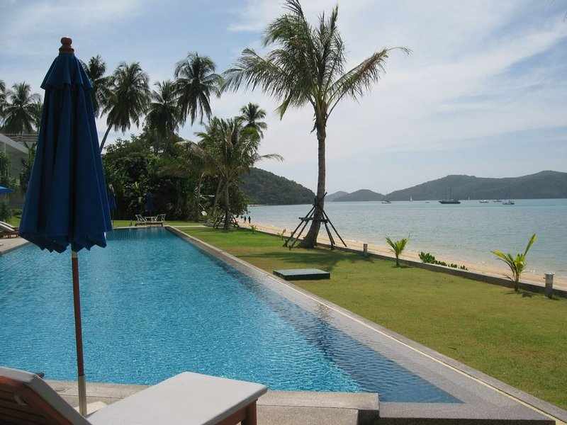 Stunning beach front Phuket hideaway with unrivalled island views and sunsets, location de vacances à Phuket-ville