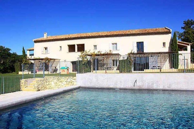 Location dans mas au coeur de 20 hectares de vignes et d' oliviers, holiday rental in Grambois