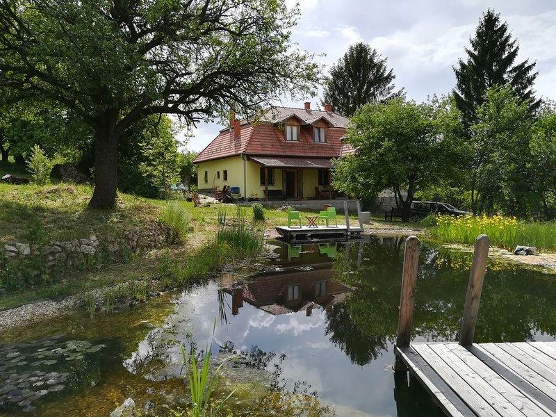 Fantastisch familie vakantiehuis met ecologisch zwembad midden in de natuur, holiday rental in Eger