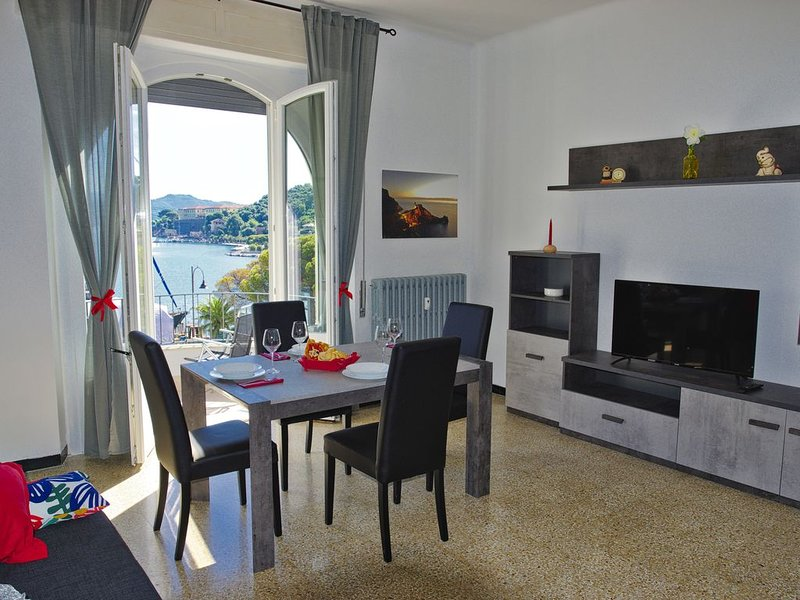 Confortevole ampio appartamento nel centro della baia di Le Grazie Portovenere, vacation rental in Le Grazie