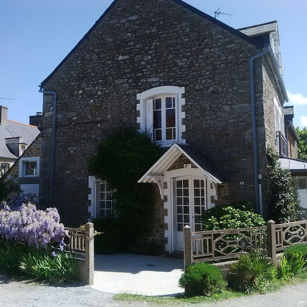Maison de pêcheur rénovée dans un hameau le long du Frémur, holiday rental in Ploubalay