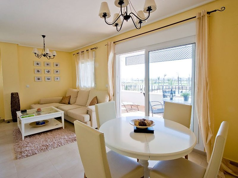 Great views over pools, golf course, lake & mountains from sunny balcony – semesterbostad i Roldan