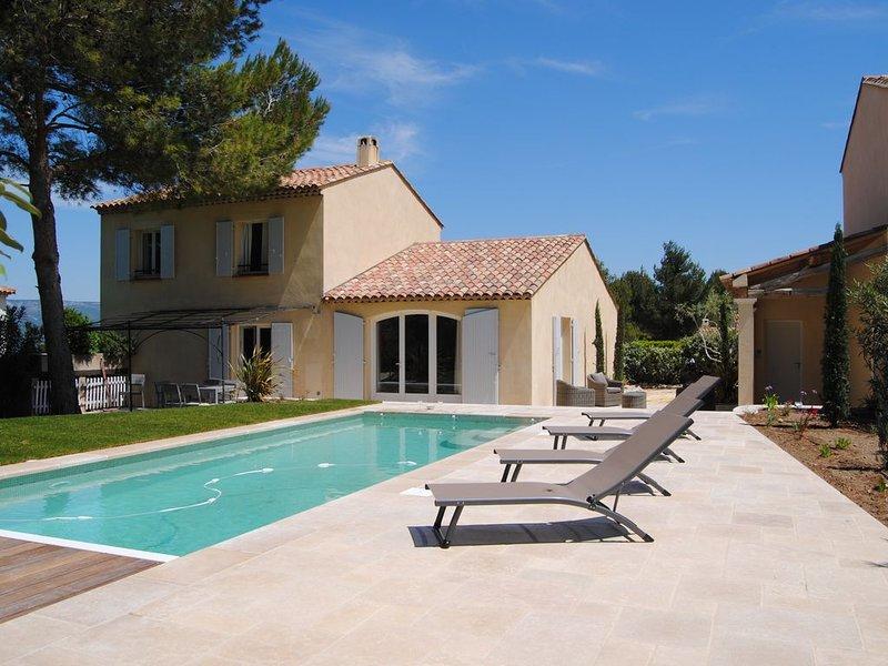 Villa 4 chambres, 2 SDB, piscine privée chauffée, en bordure de golf, holiday rental in Alleins