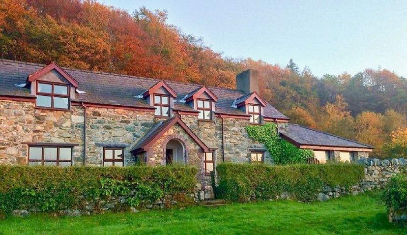 Detached Welsh Cottage. Quiet location with mountain & sea views. Sleeps 7., location de vacances à Bangor