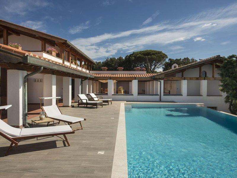 Villa fronte mare, piscina privata, Wi-fi, campo da tennis/calcio, chef, vacation rental in Punta Ala