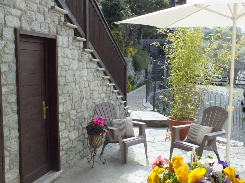 Confortevole appartamento.Zona panoramica e tranquilla , vicino al centro. Wifi, holiday rental in Vollon di Brusson