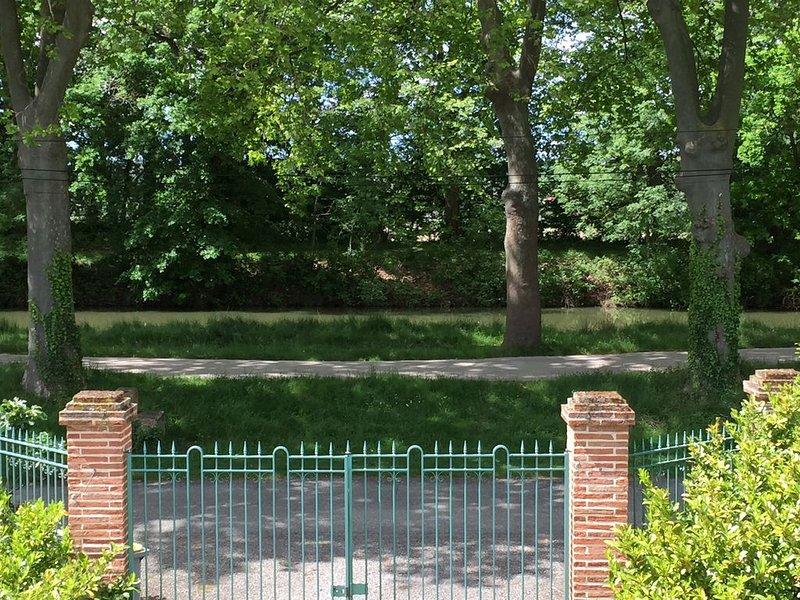 Aux portes de Toulouse, villa sur le Canal du Midi, vacation rental in Lagardelle-sur-Leze