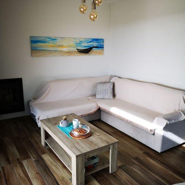 An adorable quiet family house! Sea view, wifi, BBQ & absolute privacy!, location de vacances à Kiotari