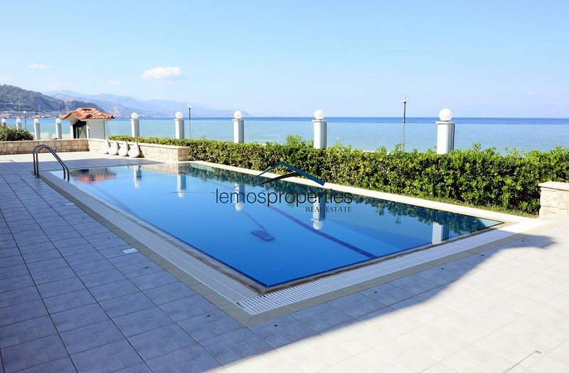 Waterfront villa with a swimming pool and fantastic sea view, location de vacances à Feneos
