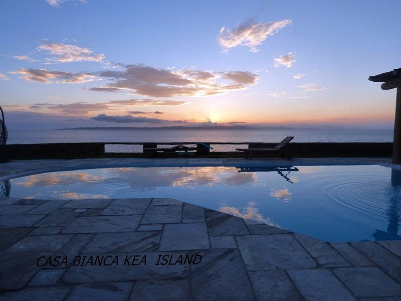Villa Casa Bianca on the waterfront with a swimming pool and amazing sea view, alquiler vacacional en Melissaki