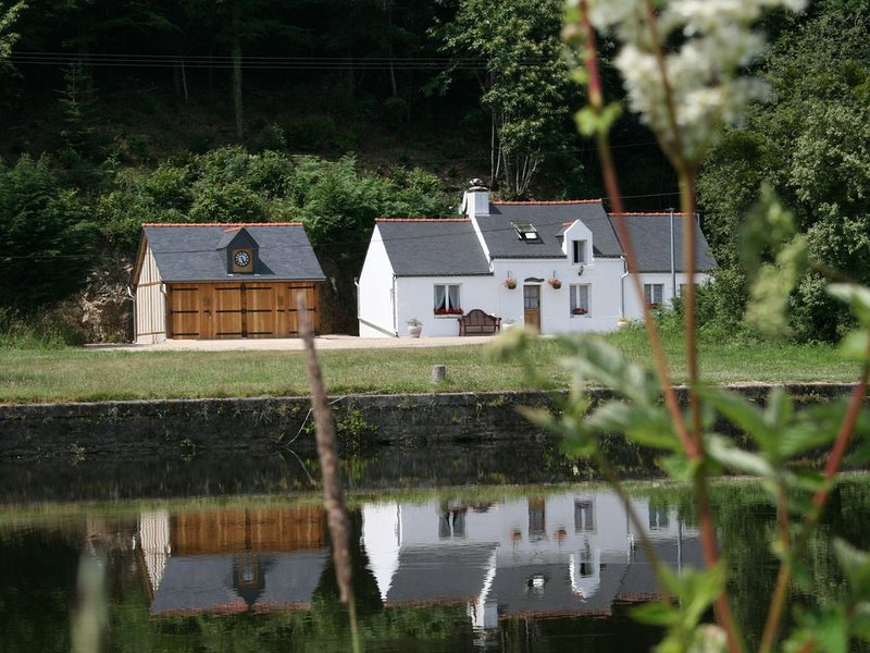 Riverside holiday cottage to rent in Brittany, holiday rental in Baud