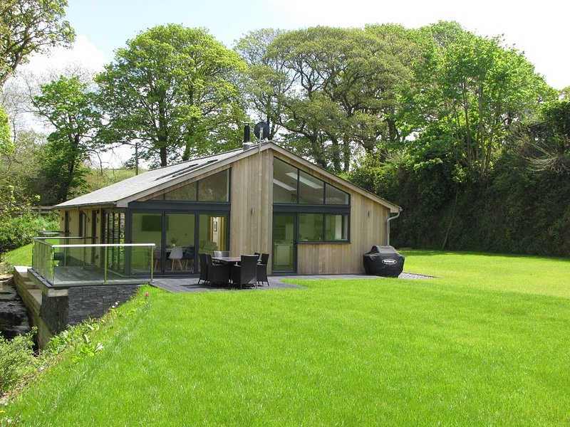 LUXURIOUS NEWLY CONVERTED DWELLING IN QUIET RURAL SETTING, vacation rental in Tresillian
