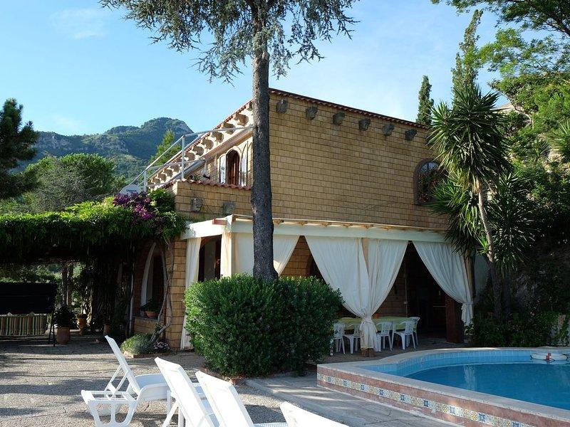 La villa vue du solarium, avec le belvédère et la pergola devant l'entrée