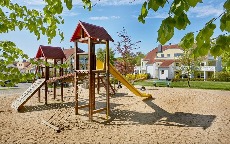 Playground com caixa digestor, cesta de basquete, estruturas de escalada e baloiços
